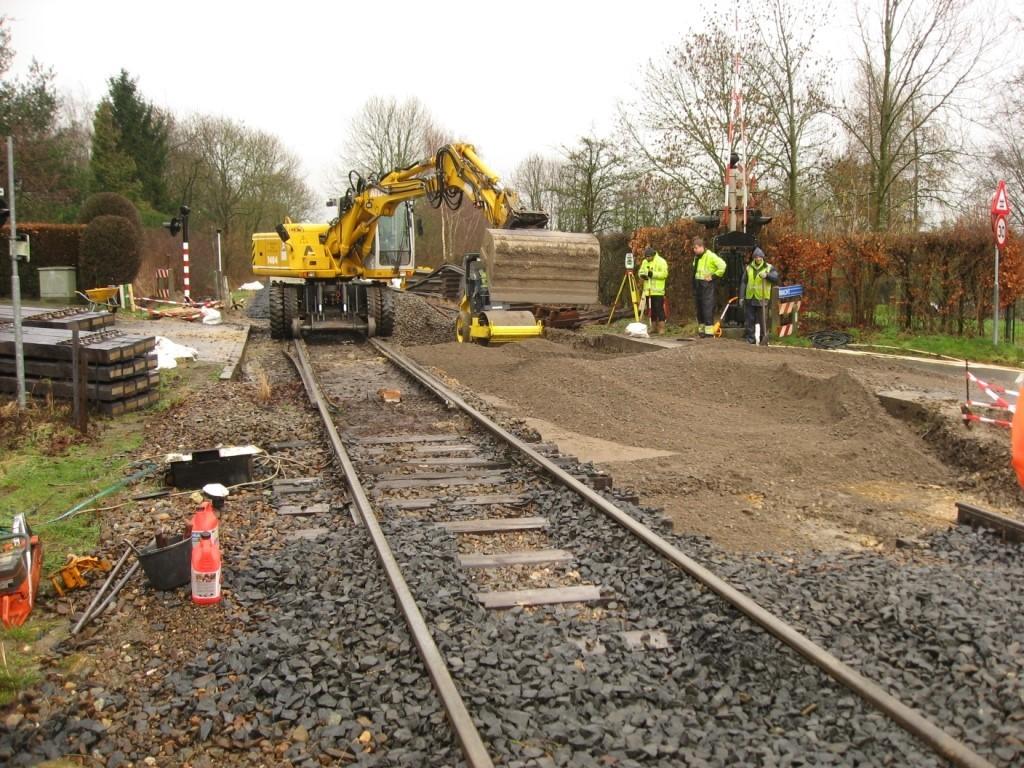 Foto: aanleg van de fundering betongranulaat voor de nieuwe overweg in spoor 101.